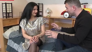 Romanian amateur Isabella takes deep anal on cam